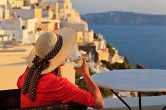 Mujer con la copa de vino en Santorini, Grecia Fotos de archivo libres de regalías