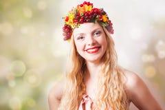 Mujer con la cosecha y las hojas del otoño fotos de archivo libres de regalías