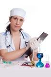 Mujer con la cristalería química que hace notas Imagen de archivo libre de regalías