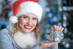 Mujer con la decoración de la Navidad Imagenes de archivo