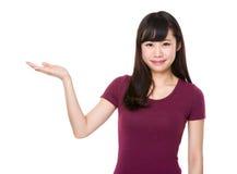 Mujer con la demostración de la mano con la muestra en blanco Imagen de archivo libre de regalías