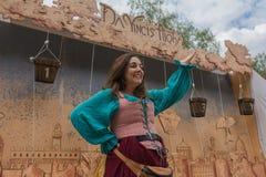 Mujer con la ejecución medieval del traje Foto de archivo