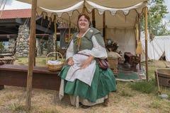 Mujer con la ejecución medieval del traje Fotografía de archivo libre de regalías