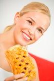 Mujer con la empanada en el país foto de archivo