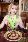 Mujer con la ensalada Imagen de archivo