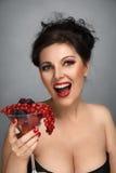 Mujer con la ensalada de fruta Imágenes de archivo libres de regalías