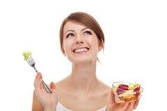 Mujer con la ensalada que mira para arriba. Fotografía de archivo libre de regalías