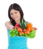 Mujer con la ensalada vegetariana sana de los vehículos Imágenes de archivo libres de regalías