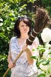 Mujer con la escoba Imagen de archivo libre de regalías