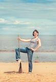 Mujer con la escoba en la playa Fotografía de archivo libre de regalías
