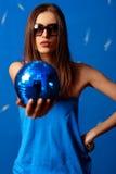 Mujer con la esfera foto de archivo
