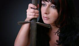 Mujer con la espada fotos de archivo
