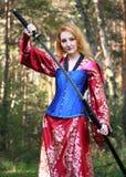 Mujer con la espada del katana imagen de archivo libre de regalías