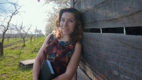 Mujer con la expresión feliz que se relaja en prado metrajes