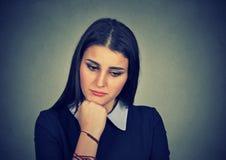 Mujer con la expresión triste que mira abajo Fotografía de archivo
