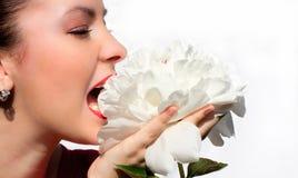 Mujer con la flor Imagen de archivo libre de regalías