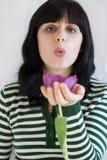 Mujer con la flor Fotografía de archivo