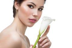 Mujer con la flor de la cala Imágenes de archivo libres de regalías