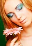 mujer con la flor del gerber Imagen de archivo