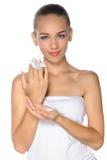 Mujer con la flor perfecta del piel y blanca a disposición Foto de archivo libre de regalías