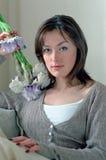 Mujer con la flor que se relaja en el país Imagen de archivo