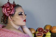 Mujer con la flor y la fruta Fotos de archivo libres de regalías