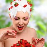 Mujer con la fresa Fotos de archivo libres de regalías