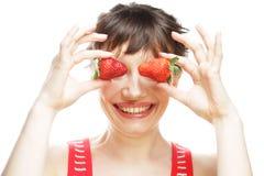 Mujer con la fresa en el fondo blanco Fotos de archivo