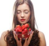 Mujer con la fresa en el fondo blanco Imagenes de archivo