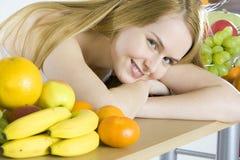Mujer con la fruta Imagenes de archivo
