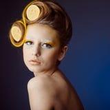 Mujer con la fruta en pelo Imagen de archivo libre de regalías