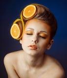 Mujer con la fruta en pelo Foto de archivo
