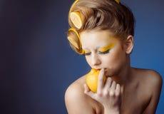 Mujer con la fruta en pelo Fotografía de archivo libre de regalías