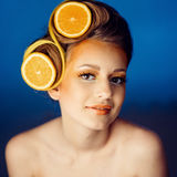 Mujer con la fruta en pelo Imagenes de archivo