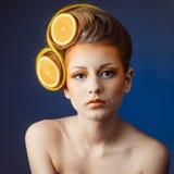 Mujer con la fruta en pelo Imagen de archivo