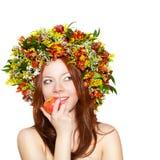 mujer con la guirnalda de la flor en la manzana principal de la explotación agrícola Imagen de archivo