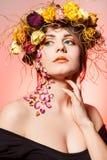 Mujer con la guirnalda en su cabeza Imágenes de archivo libres de regalías
