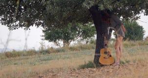 mujer con la guitarra almacen de metraje de vídeo