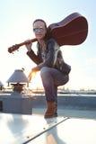 mujer con la guitarra Foto de archivo libre de regalías