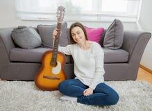 Mujer con la guitarra acústica Foto de archivo libre de regalías