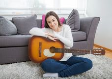 Mujer con la guitarra acústica Fotos de archivo libres de regalías