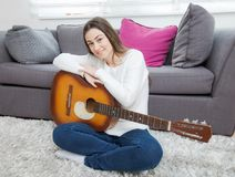 Mujer con la guitarra acústica Fotografía de archivo
