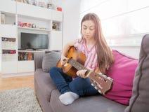 Mujer con la guitarra acústica Fotografía de archivo libre de regalías