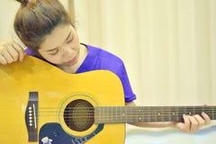 Mujer con la guitarra acústica Imagen de archivo