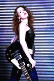 Mujer con la guitarra eléctrica Imágenes de archivo libres de regalías