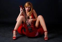Mujer con la guitarra eléctrica Foto de archivo