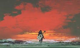 Mujer con la guitarra en la situación trasera en el mar en la puesta del sol