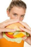 Mujer con la hamburguesa Imagen de archivo