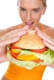 Mujer con la hamburguesa Imagenes de archivo