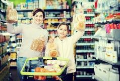 Mujer con la hija adolescente que busca para el pan Imagen de archivo libre de regalías